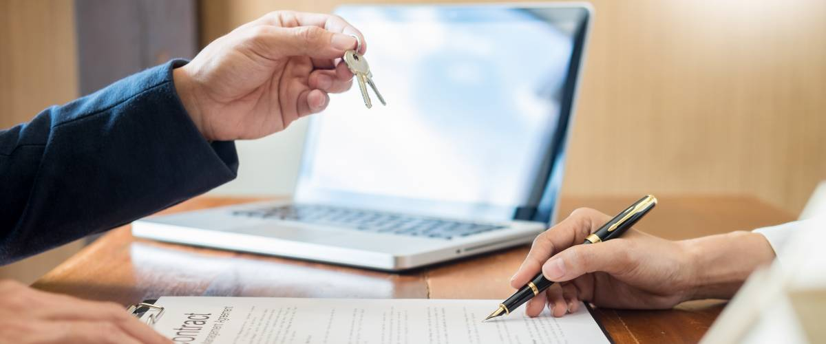 Signing mortgage agreement