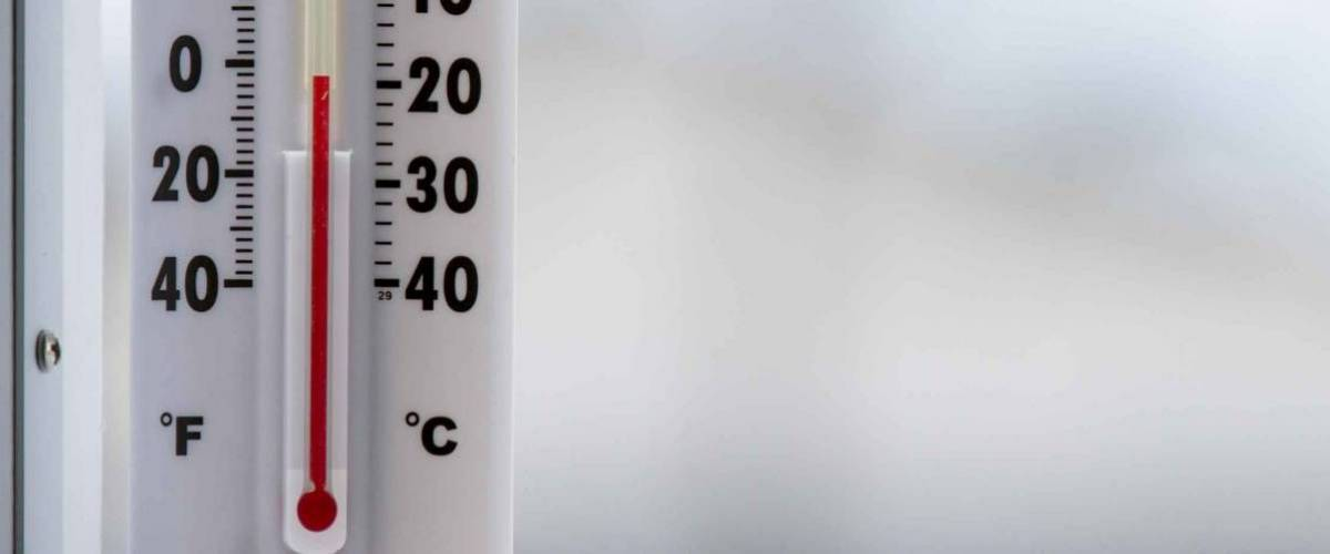 manual thermometer with mercury falling to -20 degrees celsius